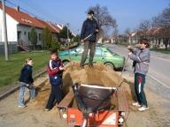 Orlomoni si staví pískoviště, duben 2008